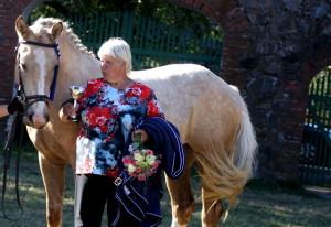 Maie Kukk ja võidu mära Anora T. Foto E. Rand