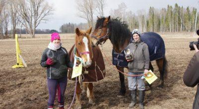 Väikese raja esimene koht – Sigrid ja Uku Andreas, hobused Häidseq ja Ellävhõpõ. Foto: Rein Raudsepp