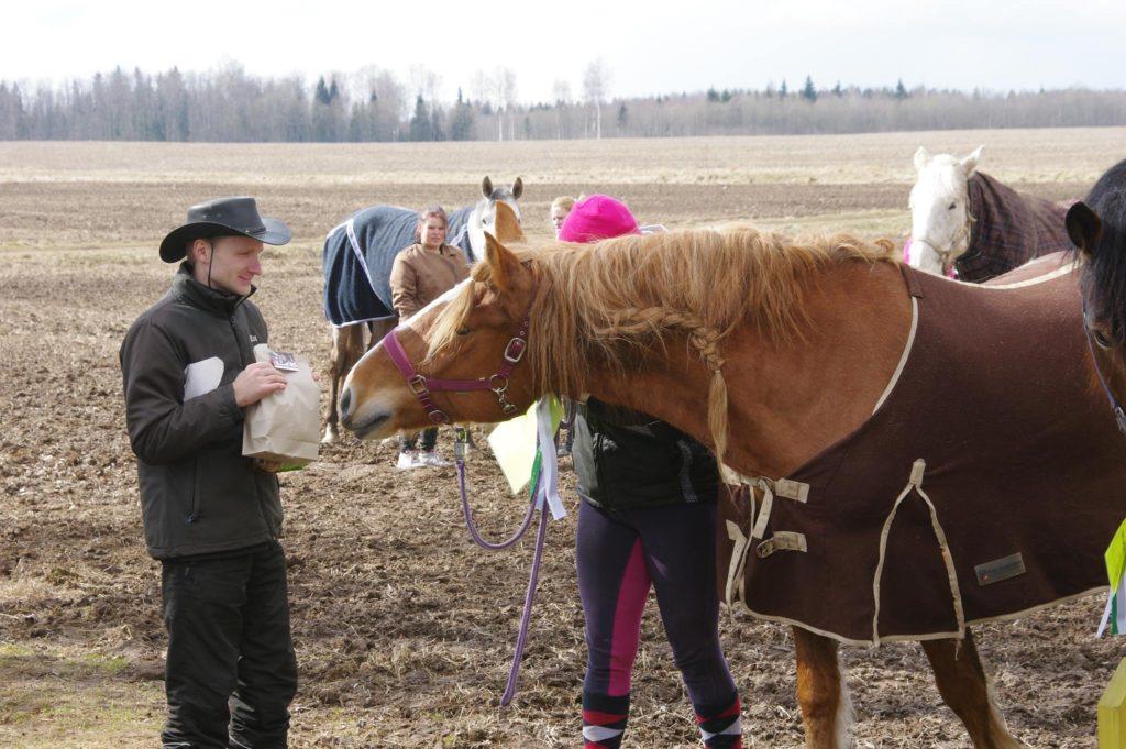 Korraldaja Andreas Pernits ja mära Häidseq. Foto: Rein Raudsepp